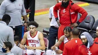 Houstons James Harden (stehend in der Mitte) mit seinen Teamkollegen bei einem Vorbereitungsspiel