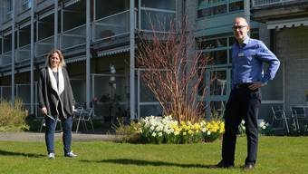Sie halten die Sicherheitsdistanz ein, auch wenn es in der Betreuung schwer fällt: Pflegeleiterin Petra Schöni und Geschäftsführer Karl Zgraggen.