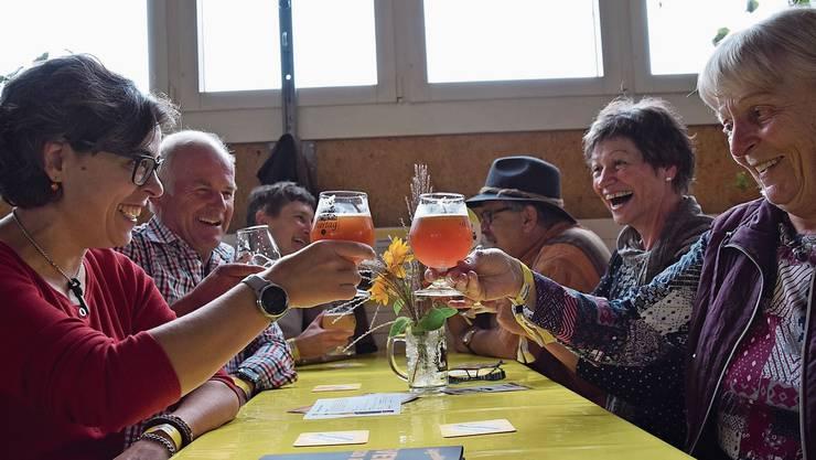 Ein Prost unter Freunden – schon drei Stunden nach Beginn des Biertags war der Reussbrückesaal gut gefüllt.