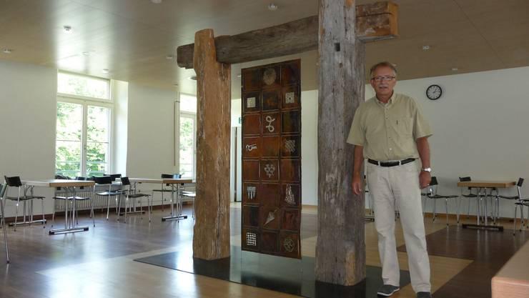 Prorektor Peter Stirnemann: «Hier, im ehemaligen Werkstattgebäude soll bis nächstes Jahr ein Aufenthaltsraum mit Cafeteria entstehen.»