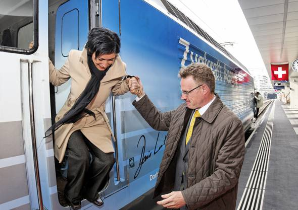 Gentleman: SBB CEO Andreas Meyer hilft Pascale Bruderer aus der Lokomotive «Zugkraft Aarau».