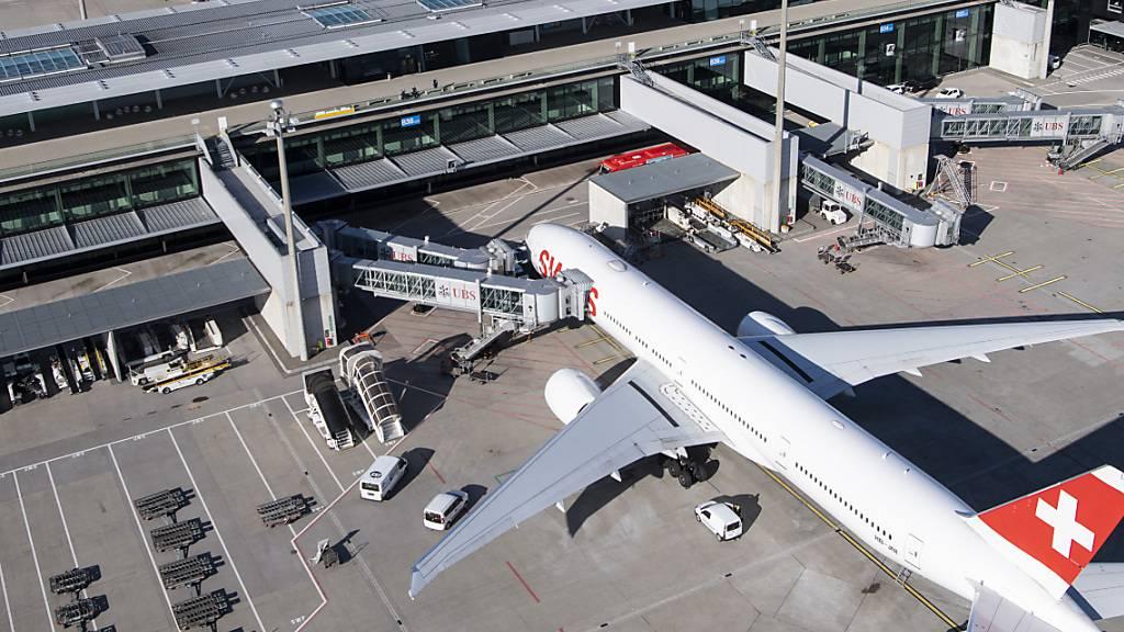 Der Flughafen Zürich will die Investitionen in den kommenden drei Jahren zurückfahren. Wachstums-Projekte wie der Terminal-Neubau sollen verschoben werden. (Archivbild)