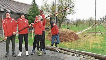 Vater Daniel Zingg mit den Söhnen Timo (15, von links nach rechts), Ben (13), Alex (11) und Marc (7) vor den Bauprofilen für die Stabhochsprunganlage.