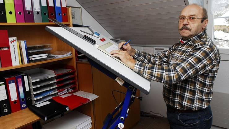 Möbelkonstrukteur Sepp Busslinger achtet bei der Arbeit stets auf eine korrekte Haltung. Angelo Zambelli
