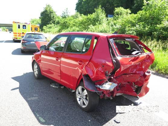 Das Auto wurde in zwei weitere geschoben. Zwei Personen wurden beim Unfall verletzt.