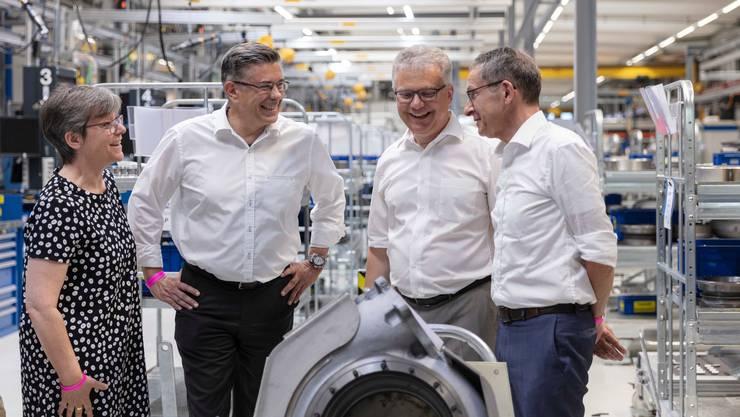 Der Aargauer Volkswirtschaftsdirektor Urs Hofmann (rechts) bei einem Besuch der Turbolader-Fabrik mit Vertretern des Badener Stadtrates.