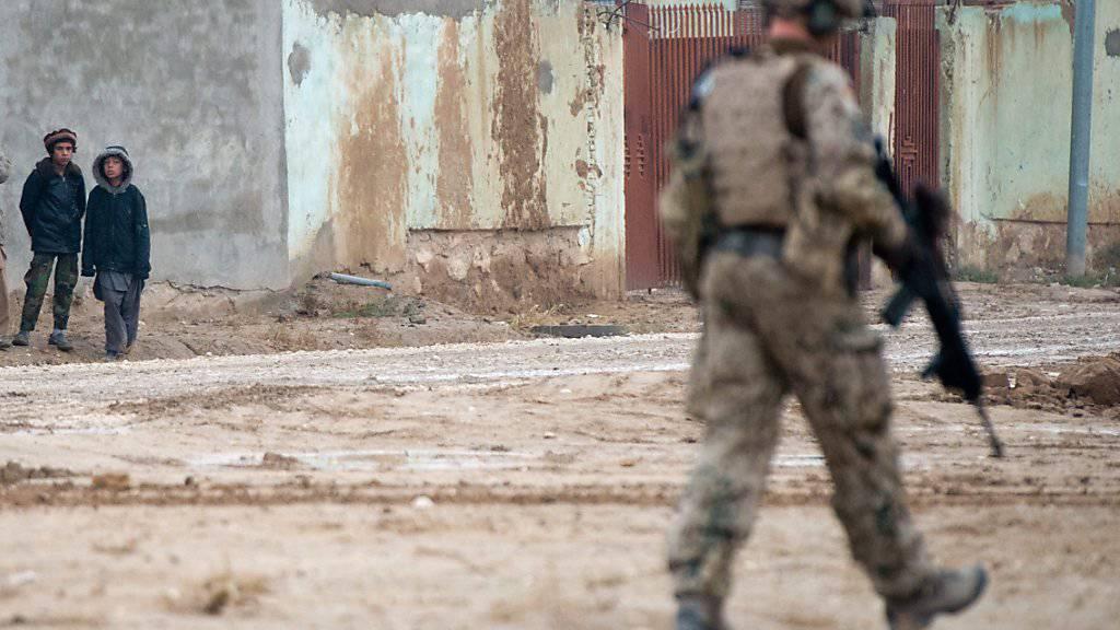 Deutscher Soldat in den Strassen von Masar-i-Scharif: Das deutsche Generalkonsulat in der nordafghanischen Stadt ist Ziel eines Anschlags geworden. (Archivbild)