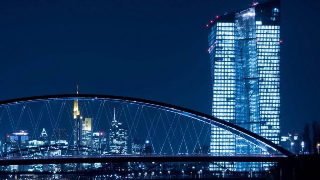 Die Beobachter der Europäischen Zentralbank (EZB) senken ihre Wachstumsprognosen für Euro-Zone. (Archivbild)