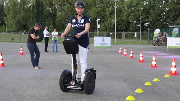 Elektromobilität als Freizeitspass: Segway auf dem Parcours bei der Energiedienst Holding AG auf dem Areal des Kraftwerks Wyhlen. – Foto: chr