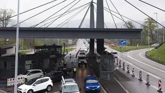 Mehrere Stunden lang war der Grenzübergang Rheinfelden Autobahn in der Nacht auf Sonntag gesperrt. Die Bundesanwaltschaft hat gegen drei Personen ein Verfahren wegen eines Sprengstoffdelikts eröffnet.