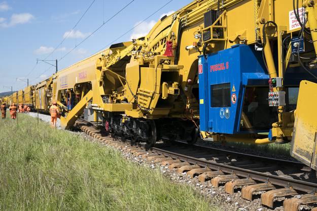 Eindrücke von der grössten Gleisbaumaschine der Schweiz
