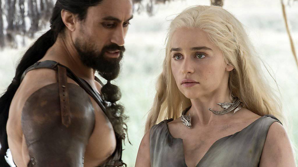 """Joe Naufahu und Emilia Clarke in """"Game of Thrones."""" Auf die nächste, siebte Staffel müssen Fans nächstes Jahr etwas länger warten. (Archivbild)"""