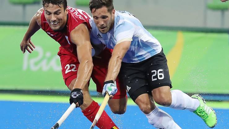 Belgiens Simon Gougnard (links) im Duell mit Agustin Mazzilli, dem argentinischen Torschützen zum 4:2