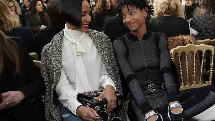 Willow Smith (15,r.) neben ihrer Mutter Jada Pinkett Smith vor der Chanel-Schau. Willow wird Botschafterin dieses Labels.