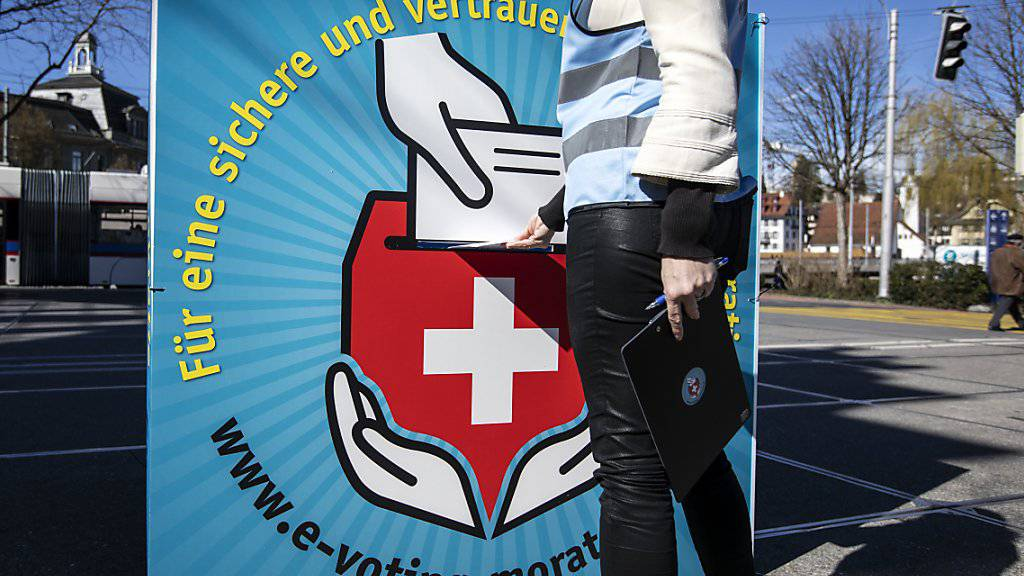 Bis auf Weiteres wird in der Schweiz analog gewählt und abgestimmt. Wegen Sicherheitsmängeln in ihrem E-Voting-System hatte die Post letzte Woche die Notbremse gezogen. Geprellte Kantone wollen nun Schadenersatzforderungen stellen. (Archivbild)