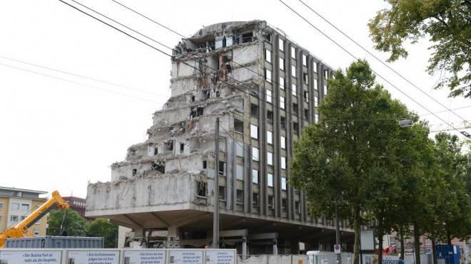 Sieht aus wie im Krieg: Eigentlich sollten die Abbrucharbeiten am Hotel Hilton bereits viel weiter fortgeschritten sein. Foto: Juri Junkov