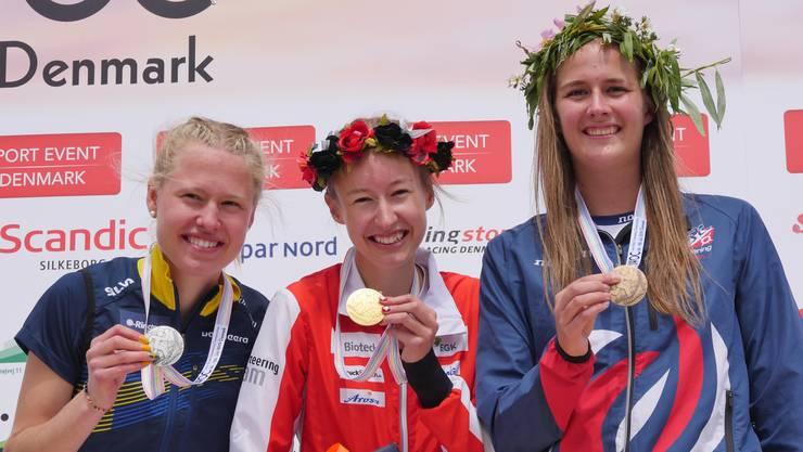 Die 19-jährige Eline Gemperle freut sich über ihre Goldmedaille an der Junioren-Sprint-WM in Dänemark.