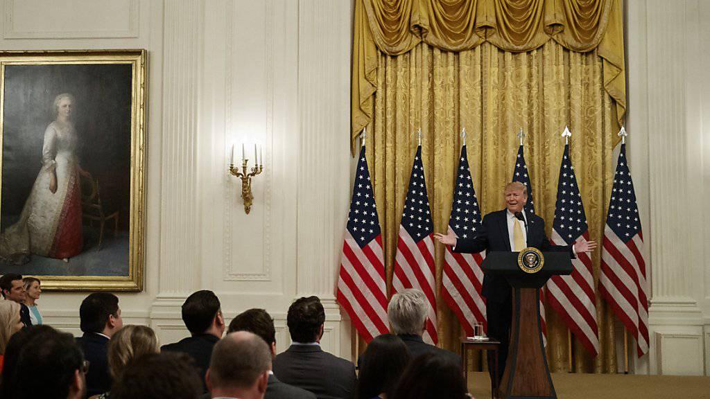 US-Präsident Donald Trump spricht zu konservativen Internetaktivisten im Weissen Haus. Der rege Twitter-Nutzer Trump drohte sozialen Netwerken, die konservative Nutzer benachteiligten.  (Bild: Evan Vucci/AP )