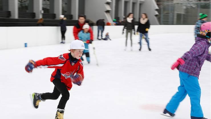 Ein Spielplatz für Kinder und Erwachsene: Die Eisbahn im Sportzentrum Zuchwil.