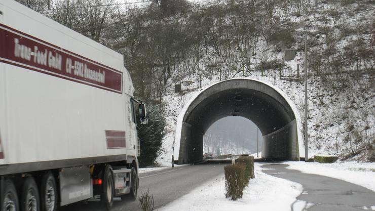 Das Tor zum Staffeleggtal: Lastwagen ausserhalb von Frick unterwegs beim Ueker Damm. (chr)