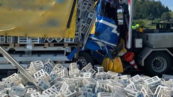 Ein Lastwagen prallte auf der A2 in den Aufprallschutz eines Sicherheitsfahrzeugs.