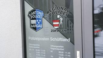 Vor verschlossener Tür: Der Polizeiposten Schöftland ist auch während der offiziellen Öffnungszeiten manchmal nicht besetzt. (bA)