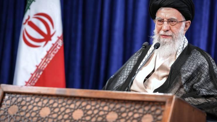 HANDOUT - Ajatollah Ali Chamenei, oberster Führer des Iran, hält eine Rede anlässlich des muslimischen Feiertags Eid al-Adha, der auch als «Opferfest» bekannt ist. Foto: -/Iranian Supreme Leader's Office/dpa - ACHTUNG: Nur zur redaktionellen Verwendung und nur mit vollständiger Nennung des vorstehenden Credits