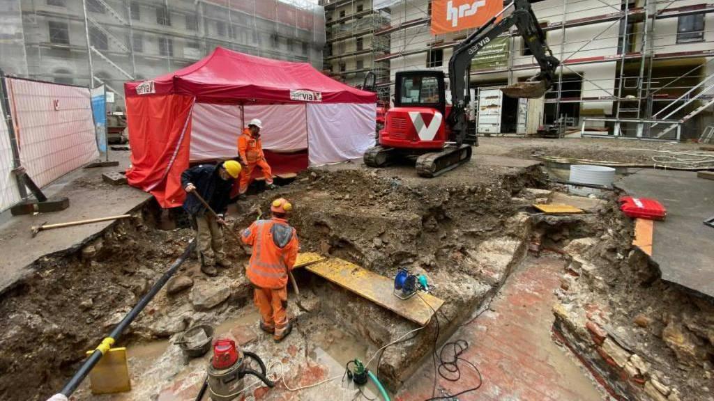 Die Bauarbeiten für die Erneuerung der Thermalwasserleitungen haben in Baden AG ein römisches Freibad offen gelegt. Der Heimatschutz spricht von einem «Schatz aus der Römerzeit» - und verlangt den Erhalt des Bades.