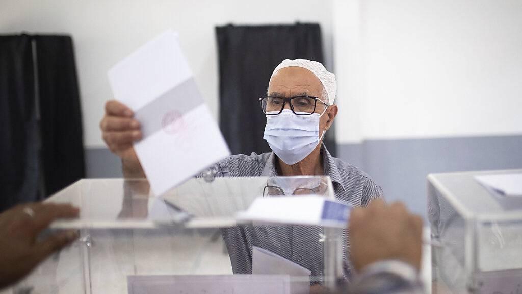 Ein Mann wirft seinen Stimmzettel in eine Wahlurne. Ersten Ergenbissen zufolge haben die Islamisten in Marokko bei der Parlamentswahl eine krachende Niederlage erlitten. Die moderate islamistische Partei für Gerechtigkeit und Entwicklung (PJD) verlor demnach 90 Prozent ihrer Mandate. Foto: Mosa'ab Elshamy/AP/dpa