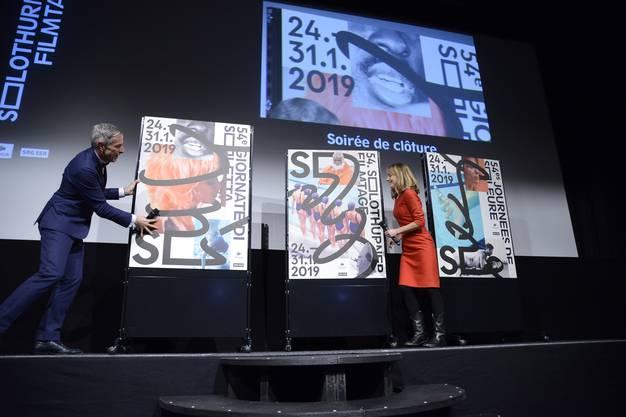 Dani Fohrler und Seraina Rohrer präsentieren die Plakate für die 54. Solothurner Filmtage
