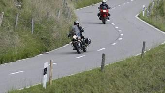 Der Töfffahrer war auf der kurvenreichen Strecke zu schnell unterwegs und kam deshalb von der Strecke ab. (Symbolbild)