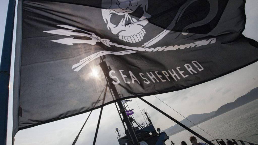 Die Flagge von Sea Shepherd weht auf ihrem Flaggschiff «Steve Irwin». (Archivbild)