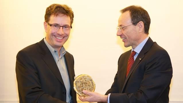 Kantilehrer Armin Barth (links) bekommt von Lino Guzzella, Rektor der ETH Zürich, die Ehrenmedaille überreicht. zvg