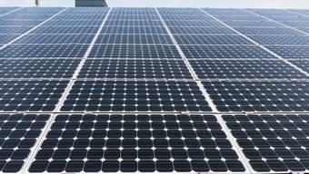 Schweizweit wurde im vergangenen Jahr eine Fläche von 1,7 Millionen Quadratmeter mit Solarmodulen bedeckt. Auf Industrie- und Gewerbebauten hingegen stagnierte der Bau von neuen Fotovoltaikanlagen. (Archivbild)