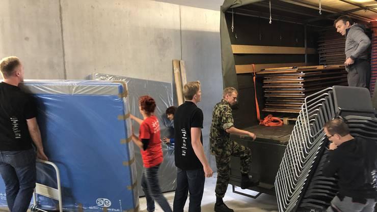 Am Mittwoch wurden die Geräte für die Kunstturnwettbewerbe in der Kunsteisbahn Aarau geliefert.