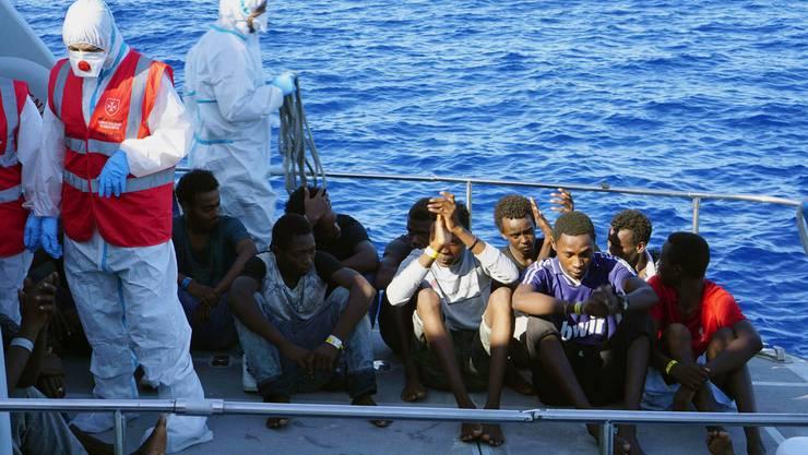 Die italienische Küstenwache evakuiert Migranten, die zuvor wochenlang auf dem Rettungsschiff «Open Arms» ausharren mussten. Italien hatte dem Schiff verboten, in einem italienischen Hafen einzulaufen.