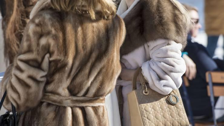 Der Wissensstand über Pelze hat sich erhöht, das Kaufverhalten hat sich aber nicht gross geändert. Im Bild sieht man zwei Frauen am White Turf in St. Moritz. (Symbolbild)