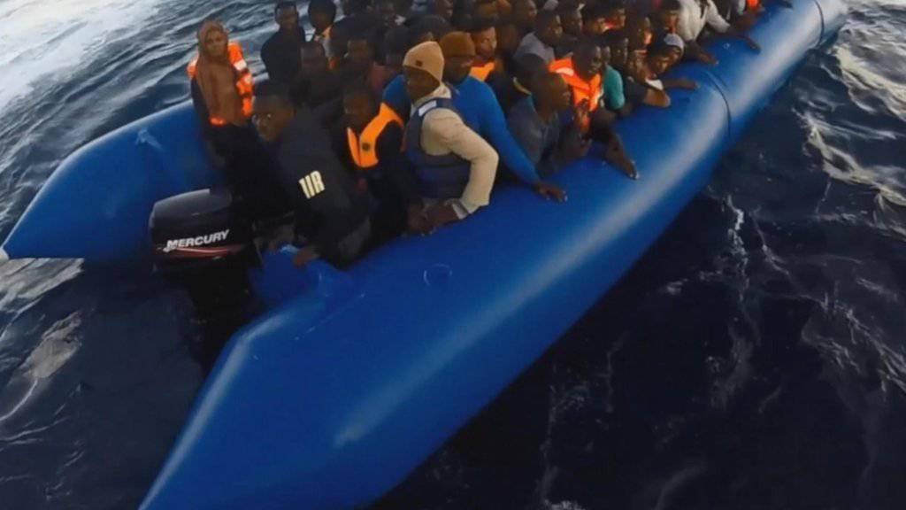 Sieben Boote mit Flüchtlingen aufgebracht: Rettungskräfte bringen rund 1400 Menschen an Land. (Archivbild)