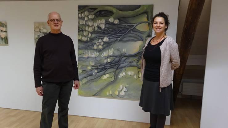 Die beiden stehen vor einem Bild von Franziska Leuppi.