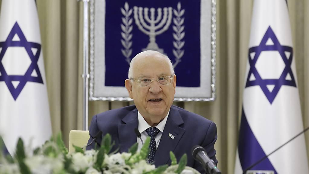 ARCHIV - Reuven Rivlin (l), Präsident von Israel, spricht bei einem Treffen mit Vertretern einer Partei zu Beratungen über die Regierungsbildung knapp zwei Wochen nach der Parlamentswahl. Foto: Amir Cohen/Reuters Pool/AP/dpa