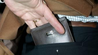 Eine Trickdiebin hat am Wochenende mehreren Senioren das Portemonnaie entwendet. (Symbolbild)