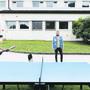 Ein ORS-Mitarbeiter schaut in der Bundesunterkunft Boudry NE Kindern beim Pingpong zu.