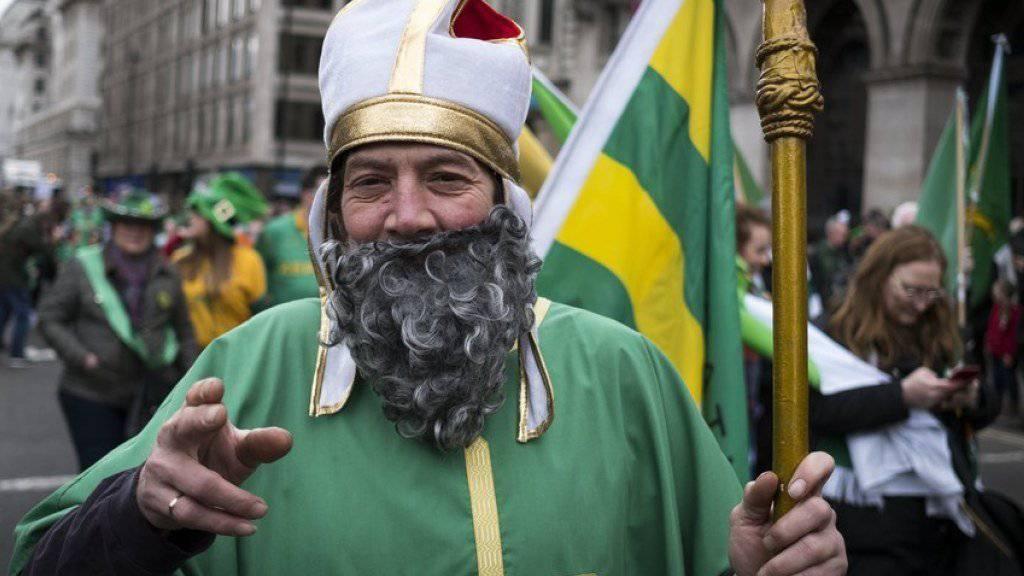 Ein als irischer Nationalheiliger Saint Patrick verkleideter Umzugsteilnehmer am Sonntag in London.