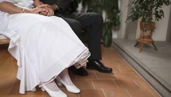 Wer in der Schweiz heiratet, muss weiterhin zwei Trauzeugen oder -zeuginnen auf das Zivilstandsamt mitnehmen. Das hat der Ständerat entschieden. (Symbolbild)