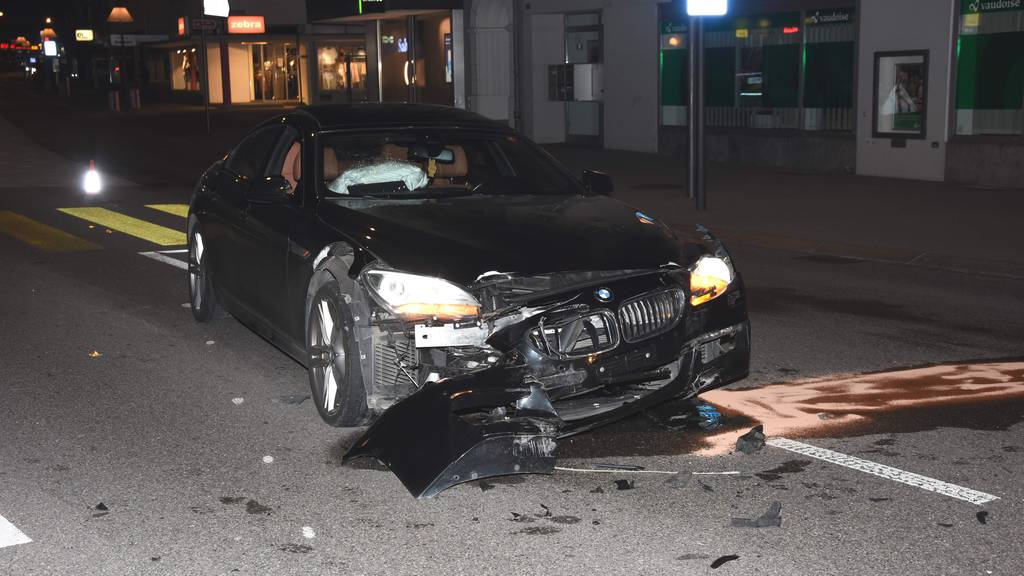Mehrere BMWs überholen sich: 19-Jähriger baut Unfall