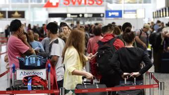 Passagiere am Flughafen Zürich-Kloten. (Archiv)