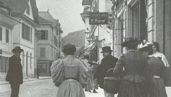 Um 1910: Beschwingten Schrittes streben die Badener himmlischen Genüssen zu. zvg
