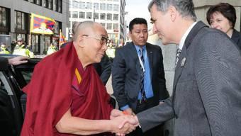 Regierungspräsident Guy Morin begrüsst am Samstag den Dalai Lama vor dem Hotel «Les trois rois».