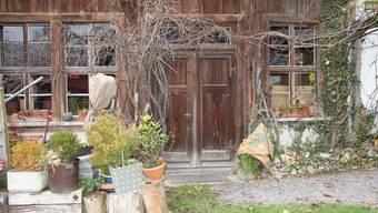 Die Tür zur Trinkhalle auf dem Trolerhof Menziken lässt sich leicht öffnen, schwer fassen aber, was dahinter liegt.