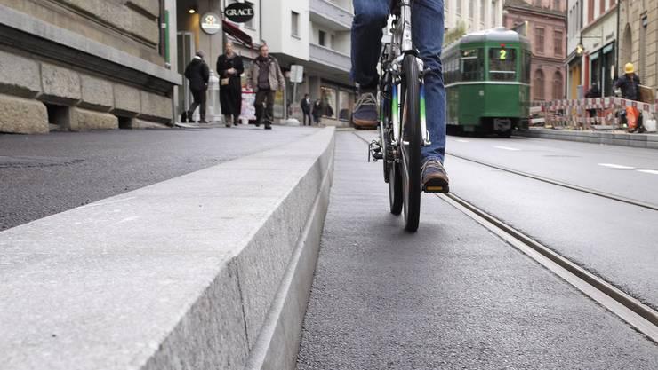 Kaphaltestellen, die Gehbehinderten den Einstieg ins Tram ermöglichen, führten zu vermehrten Velounfällen.